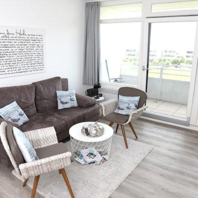 Wohnzimmer und Blick auf den Balkon der Strandbude Fehmarn